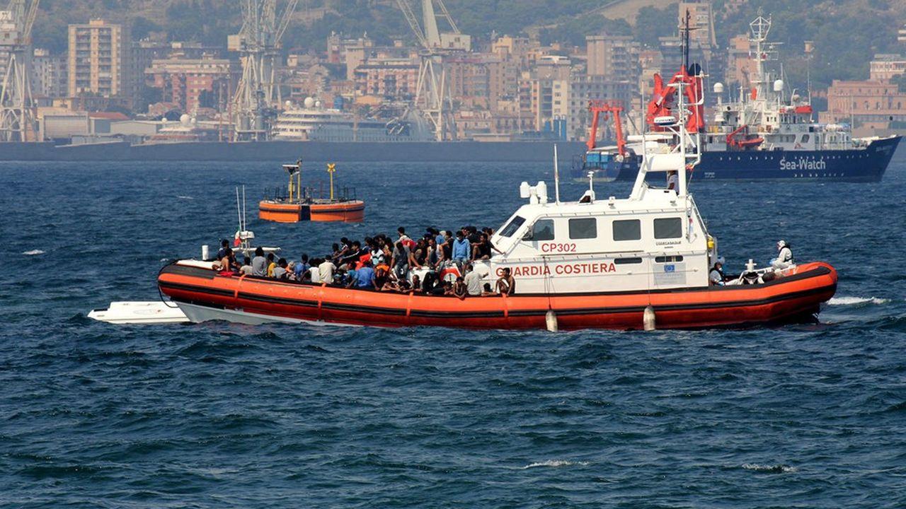 Un bateau de garde-côtes italien ramène des migrants vers le port de Palerme, le 17septembre 2020.
