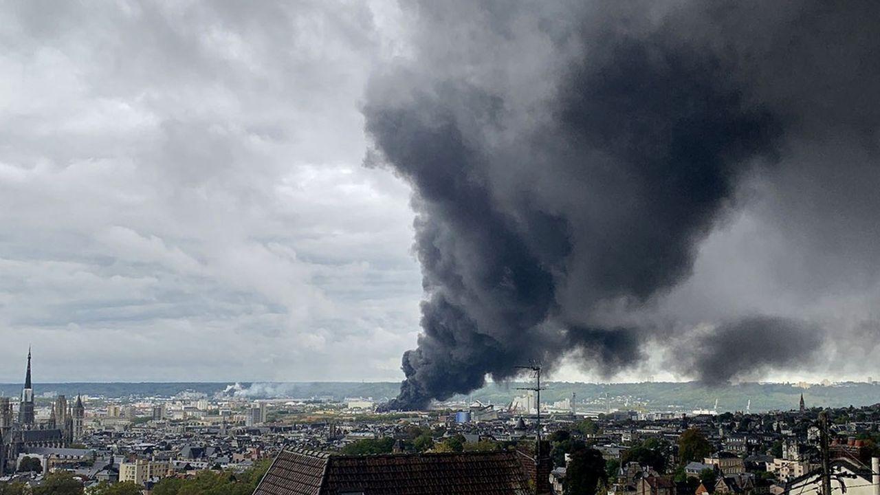 Un gigantesque incendie a fait brûler 9.000 tonnes de produits stockés dans l'usine Lubrizol à Rouen, classée Seveso, et chez son voisin NL Logistique, dégageant une épaisse fumée noire et des odeurs d'hydrocarbures.