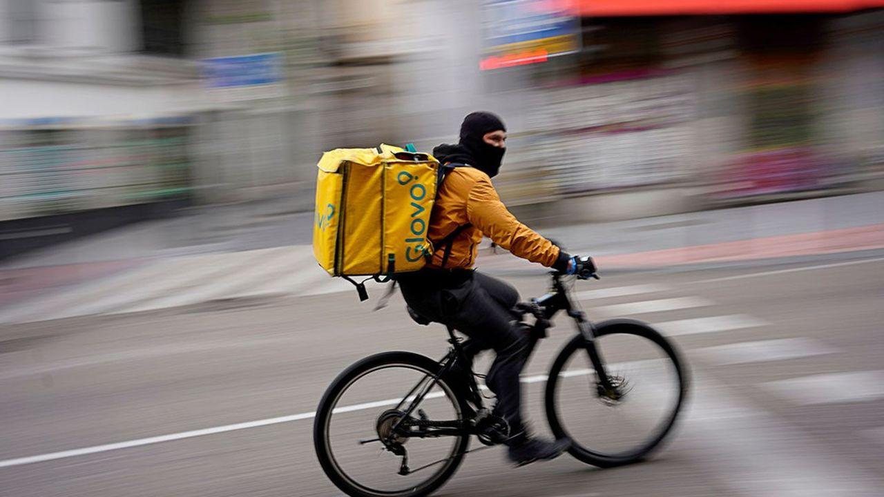 Un coursier de Glovo effectue une livraison à Madrid en plein confinement dû à la crise du coronavirus, début avril.