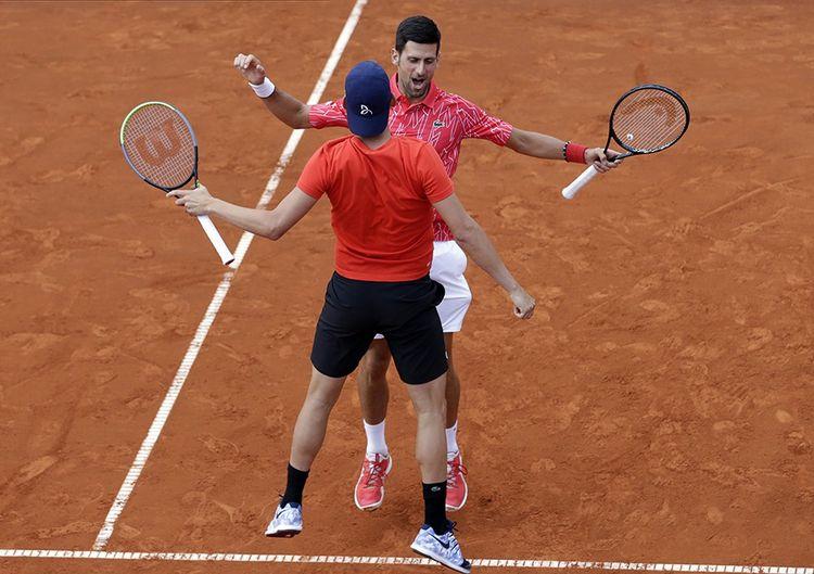 Le 12 juin 2020, lors de l'Adria Tour, Novak Djokovic et Filip Krajinovic. Sur ce tournoi, cinq joueurs sont testés positifs, dont Djokovic.