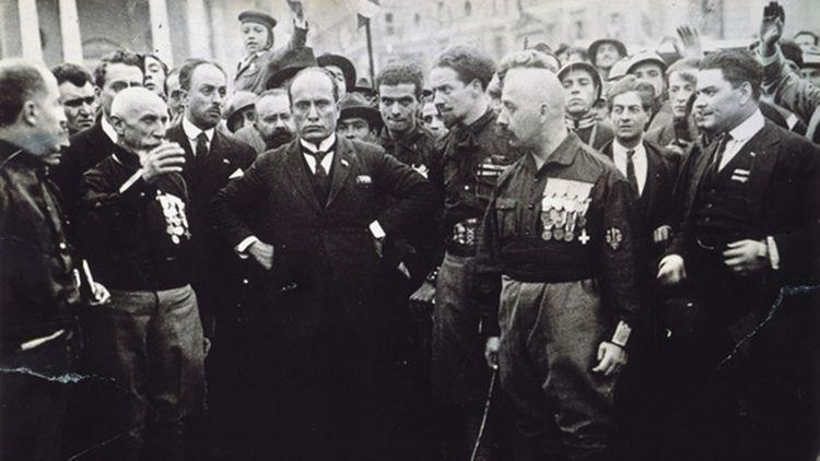 La marche sur Rome (le 28 octobre 1922) de Benito Mussolini et ses Chemises noires.