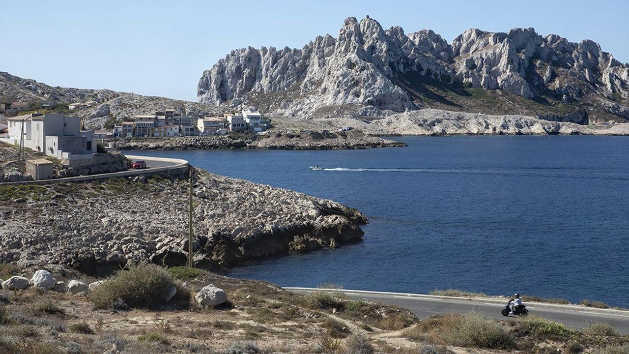 À l'extrême sud de Marseille, se nichent les maisons de pêcheurs et les cabanons du port des Goudes, dominés par le relief rocheux de l'île Maïre, toute proche.
