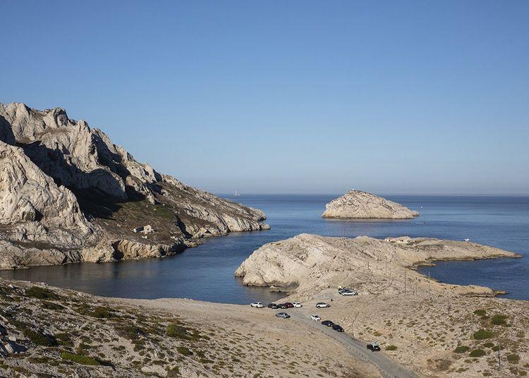Face au cap Croisette, se dressent l'île Maïre et l'îlot Tiboulen de Maïre, dit « la Tortue », rochers arides, refuge des oiseaux de mer.