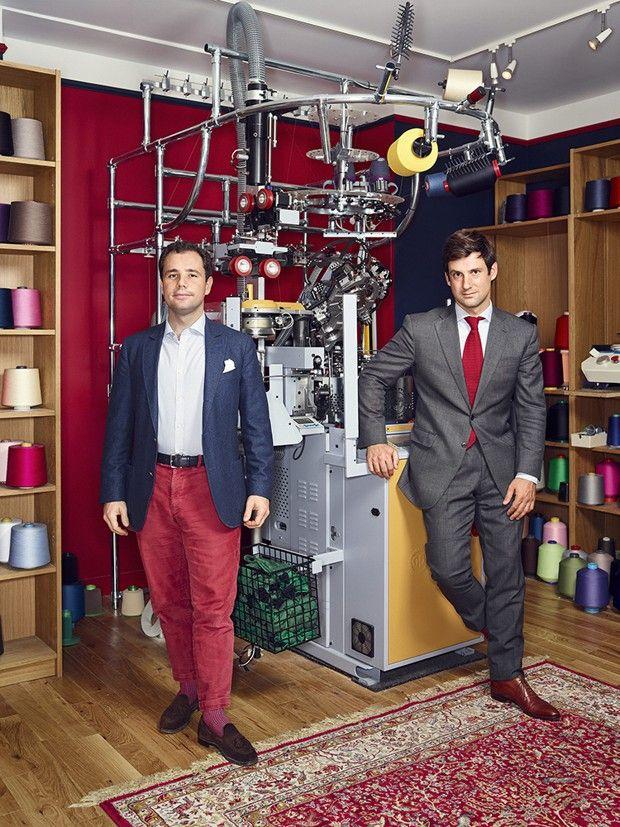 Chez Mes Chaussettes Rouges : les fondateurs Vincent Metzger et Jacques Tiberghien, devant la machine à tricoter pour les commandes spéciales.