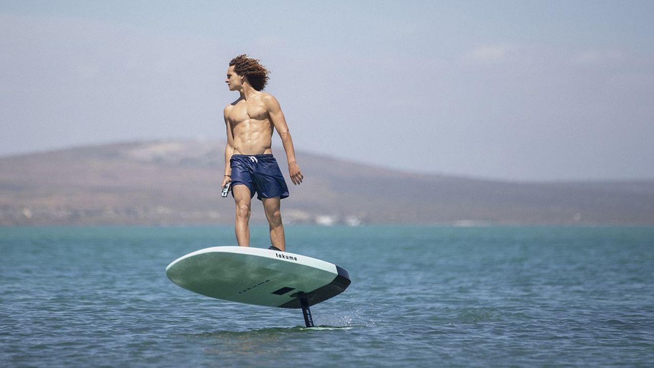 Contrôlé à l'aide d'une télécommande Bluetooth, le surf électrique E-Foil du français Takuma permet de «léviter» à près d'un mètre au-dessus de la surface de l'eau.