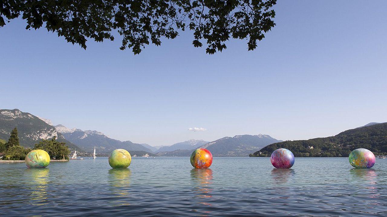 Sur le lac d'Annecy, les sphères flottantes colorées d'Elsa Tomkowiak, à voir jusqu'au 27 septembre dans le cadre du festival Annecy Paysages.