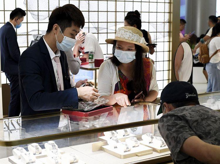 Les touristes chinois dans le centre commercial duty free de la station balnéaire de Hainan City.