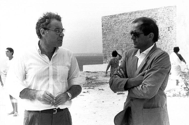 """Il produttore cinematografico Gérard Lebovici (a sinistra), in conversazione con René Château, montatore video, nel marzo 1984, durante le riprese del film """"Les Morfalous"""" di Henri Verneuil."""