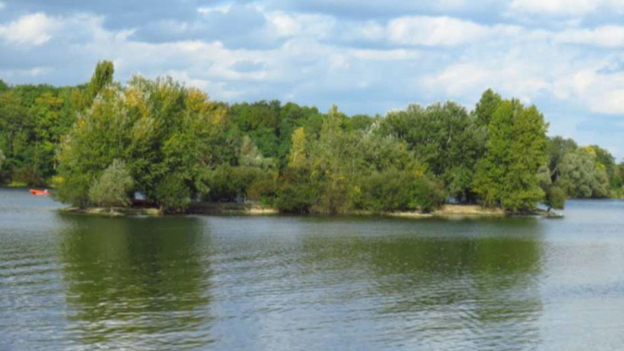 Le lac est une ancienne sablière sur laquelle s'est formée une étendue d'eau d'environ 45 hectares.