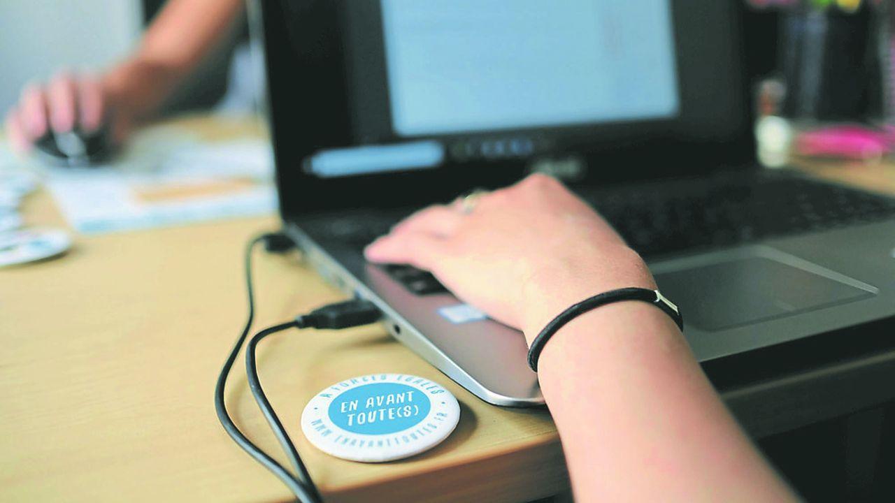 En avant toute(s) assure un tchat anonyme, disponible 10heures par jour, permettant d'écouter et de conseiller les victimes.