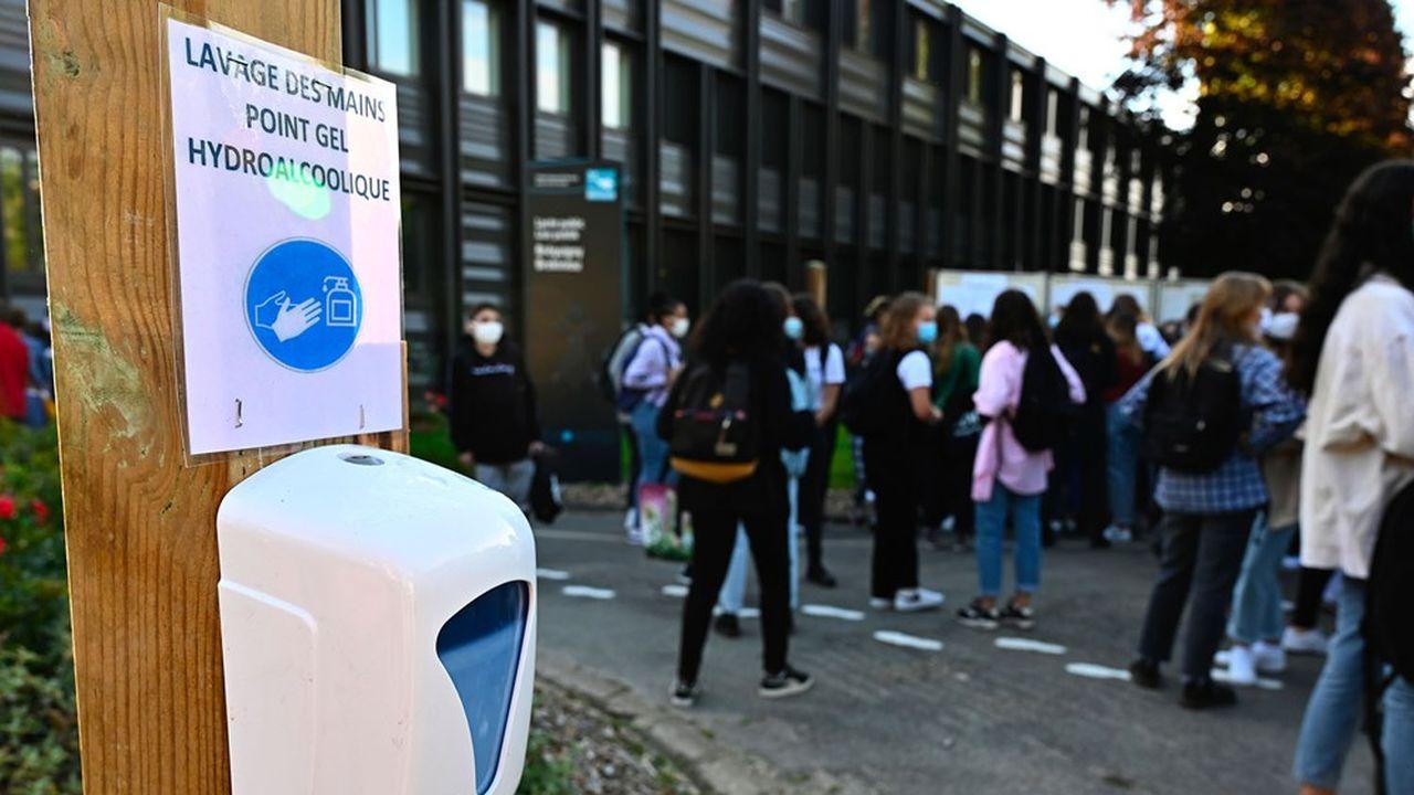 Le milieu scolaire et universitaire représente 32% des clusters en cours d'investigation, selon Santé Publique France.