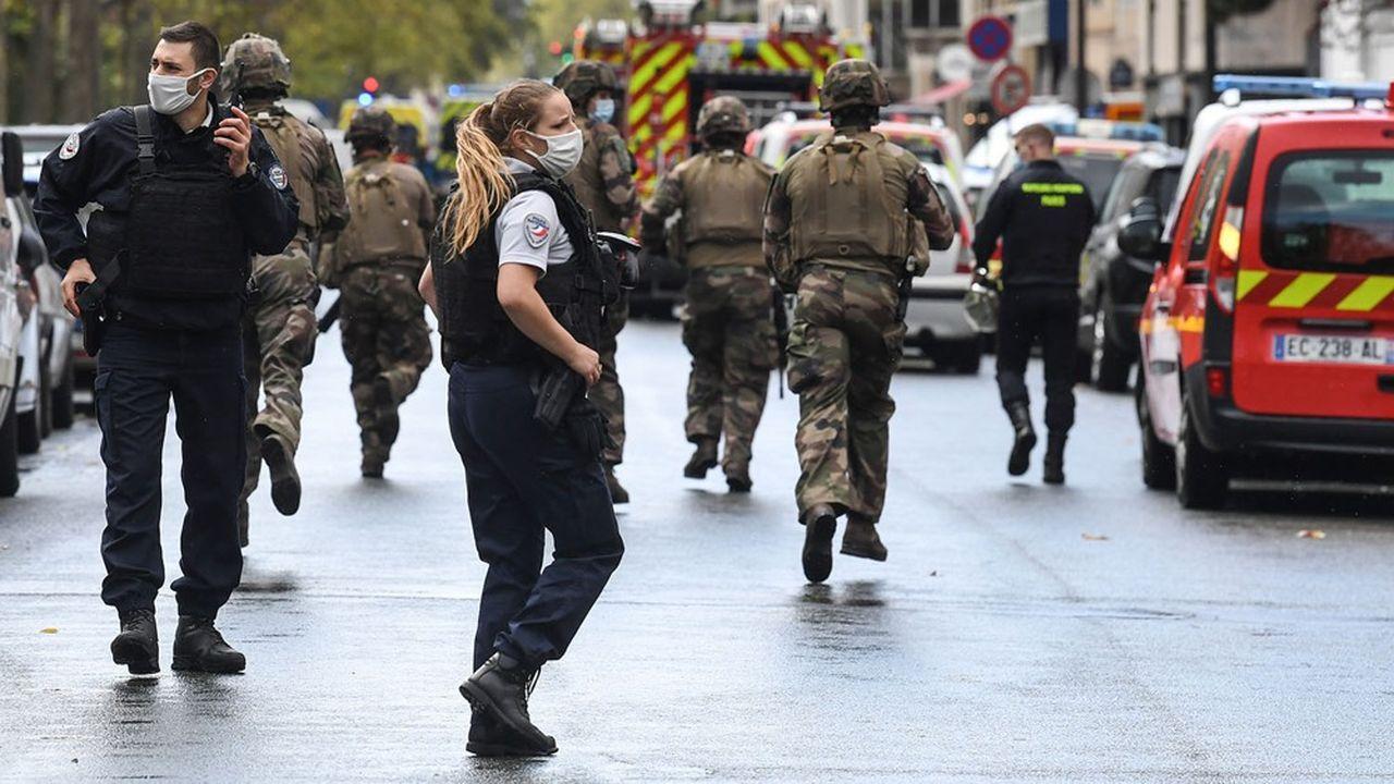 La rue Nicolas-Appert, où se trouvaient les locaux du journal, est bloquée, avec une dizaine de policiers déployés sur place.