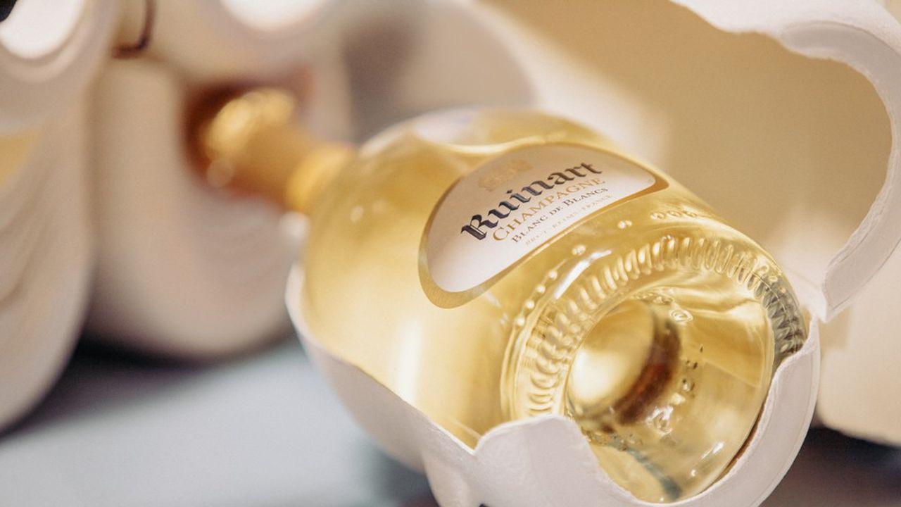 Imaginé par l'agence Chic, l'étui, qui apparaît comme enroulé autour de la bouteille, est inspiré de la forme des serviettes utilisées par les maîtres d'hôtels.