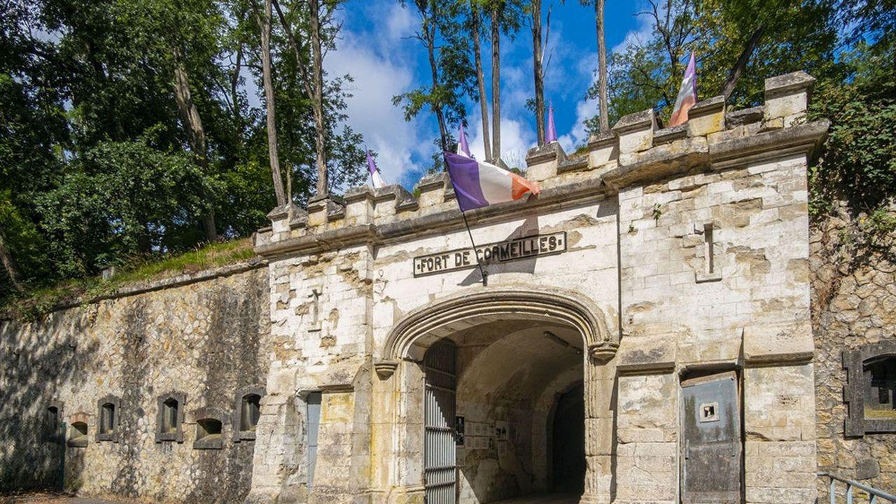 La végétation qui a envahi le dessus en terre du fort provoque des infiltrations qui détériorent les bâtiments.