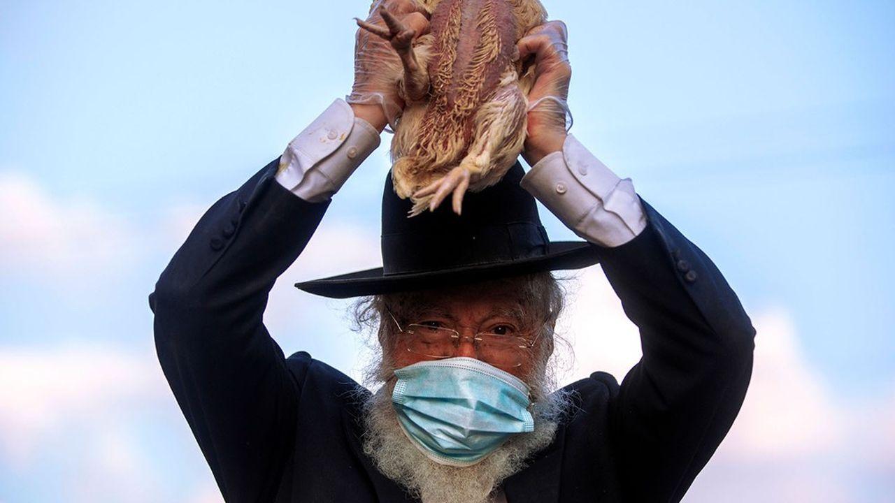 Un Juif ultraorthodoxe brandit un poulet lors d'un rituel à la veille de la fête de Kippour, la plus sacrée du calendrier juif, lundi.