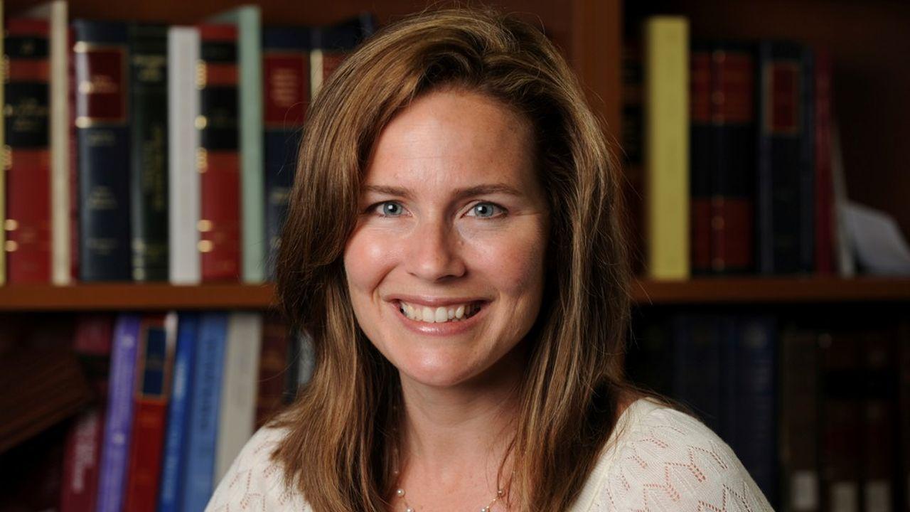 Agée de 48 ans et connue pour ses positions religieuses traditionalistes, Amy Coney Barrett apparaît comme l'opposé deRuth Bader Ginsburg, à qui elle devrait succéder à la Cour suprême.