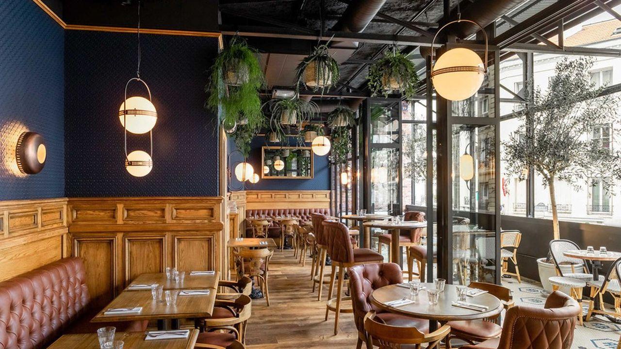 Au Bureau a renouvelé cette année l'ambiance et les décors de ses salles. Elles ont désormais un style de pub anglais convivial, à base de bois, cuir, verre, laiton et cuivre.