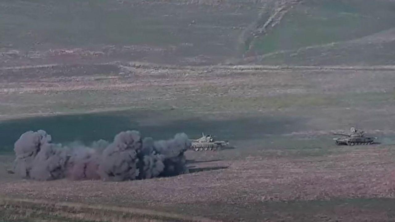 Une capture d'écran tirée d'une video prise sur le site du ministère de la Défense arménien montre des tanks azéris bombardés par les forces arméniennes.