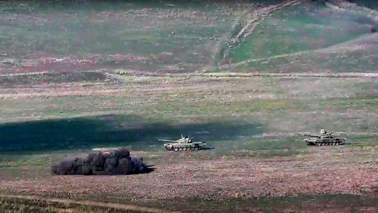 Des chars arméniens détruisent un char azéri, selon ces images du ministère arménien de la Défense.