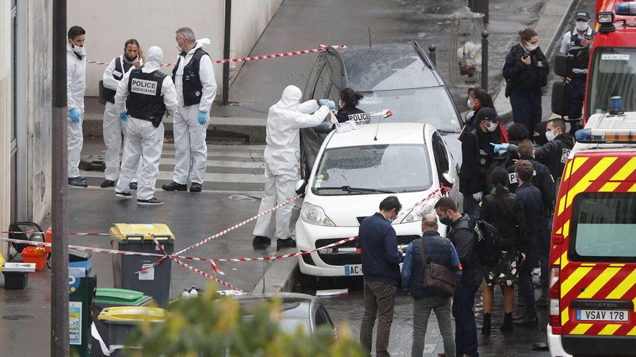 Des enquêteurs de la police judiciaire sur le lieu de l'attaque vendredi.