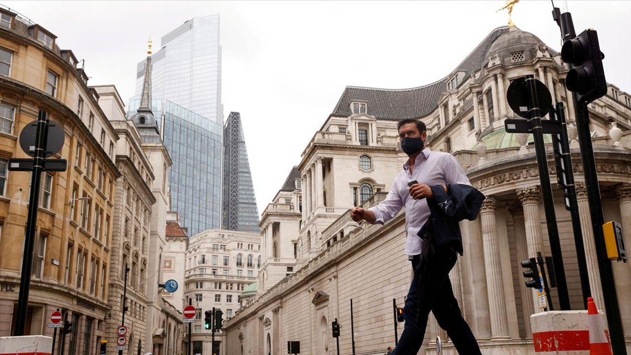 La désertion des bureaux pèse sur la reprise et porte un coup très rude au commerce de proximité ainsi qu'à toute l'économie de service qui gravite habituellement autour des quartiers d'affaires londoniens.