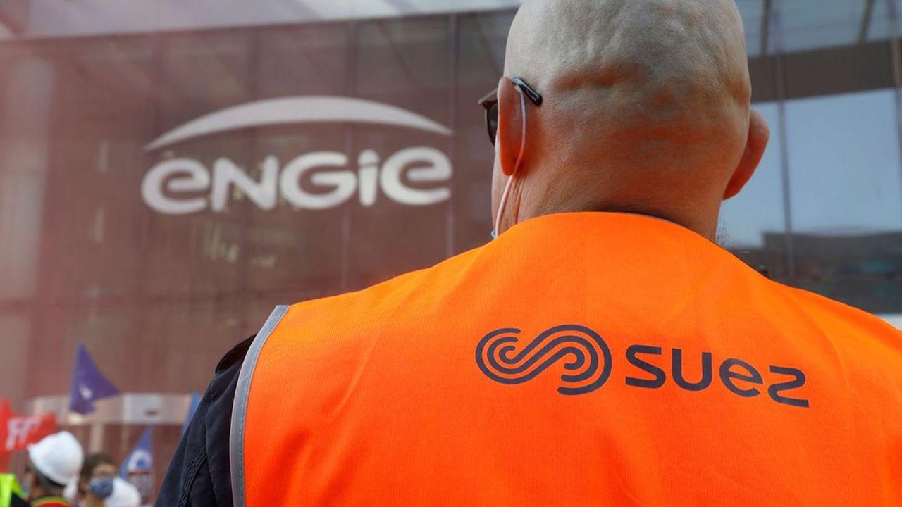 Un employé de Suez manifeste devant le siège d'Engie dans le quartier d'affaires de la Défense.
