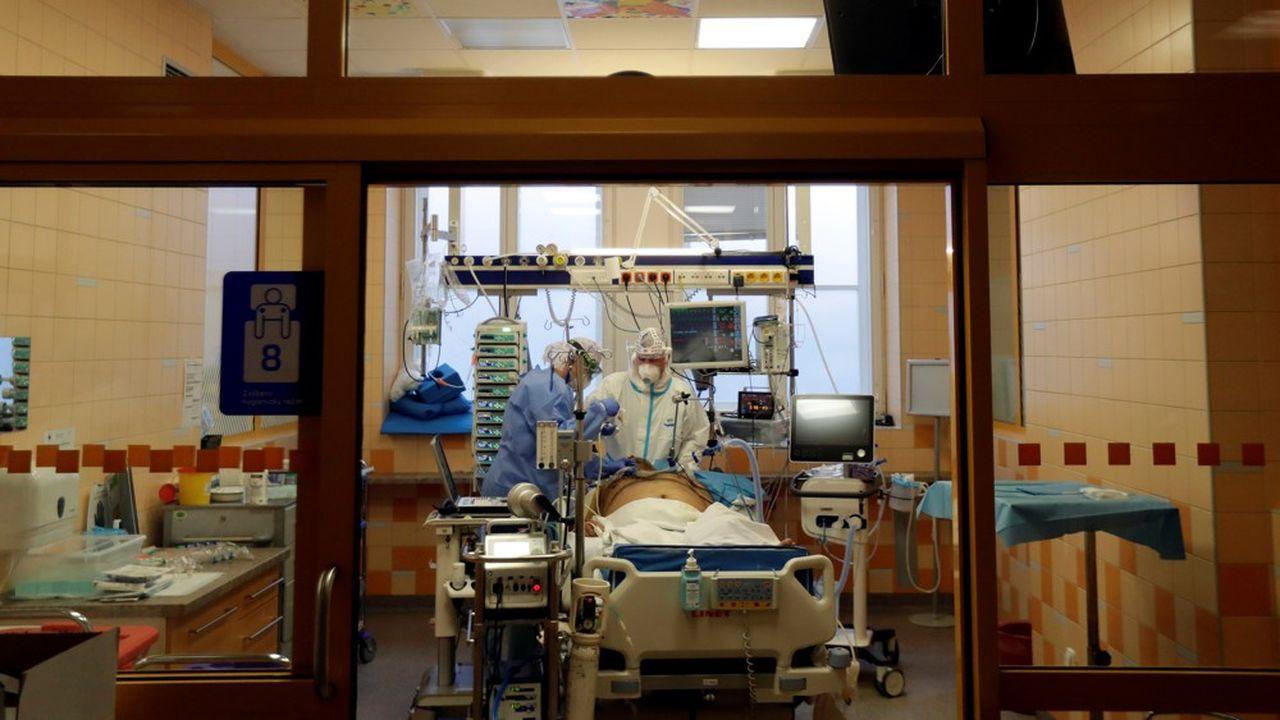 Des médecins s'affairent au chevet d'un patient dans un centre de soins intensifs à Prague.