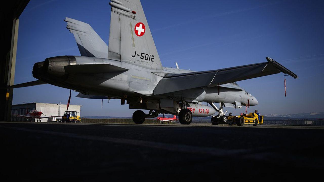 L'armée suisse dispose aujourd'hui de F/A-18 de Boeing sur la base aérienne de Payerne, dans le canton de Vaud. Quatre modèles d'avions restent sur les rangs: le Rafale de Dassault, le Typhoon d'Eurofighter, le F-35 de Lockheed Martin et le Super Hornet de Boeing.
