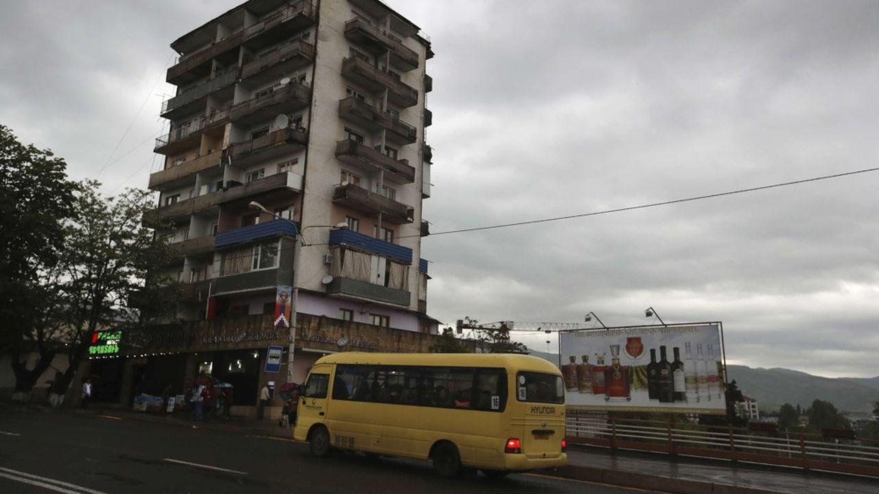 La vie n'est guère riante dans Stepanakert, capitale du Haut Karabakh, du fait que l'indépendance de cette enclave n'est reconnue par aucun Etat, ce qui réduit les possibilités de voyage, commerce, études ou investissements.