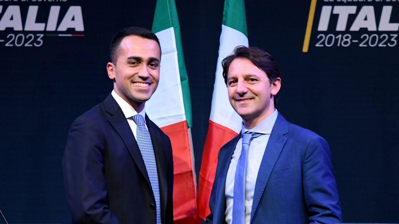 La forte augmentation du salaire du patron de la sécurité sociale italienne, Pasquale Tridico, sur la photo à droite serrant la main du leader du Mouvement 5étoiles Luigi Di Maio, a déclenché une polémique en Italie, qui rentre dans une sévère récession.