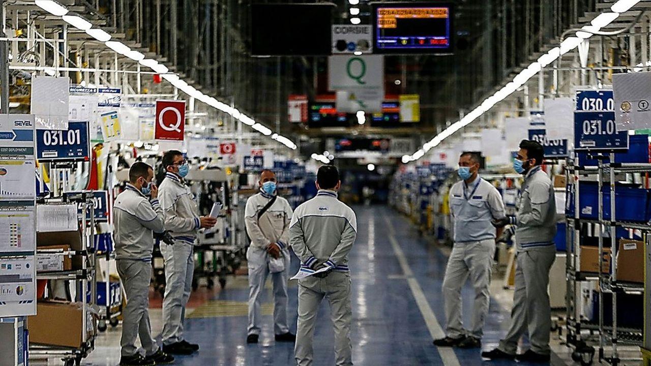 L'arrêt de la production automobile en Europe durant la phase de confinement (ici chez Sevel une filiale de Fiat et de PSA située dans les Abruzzes au moment de la réouverture de l'usine fin avril) a nécessité des mesures de chômage partiel pour préserver l'emploi.