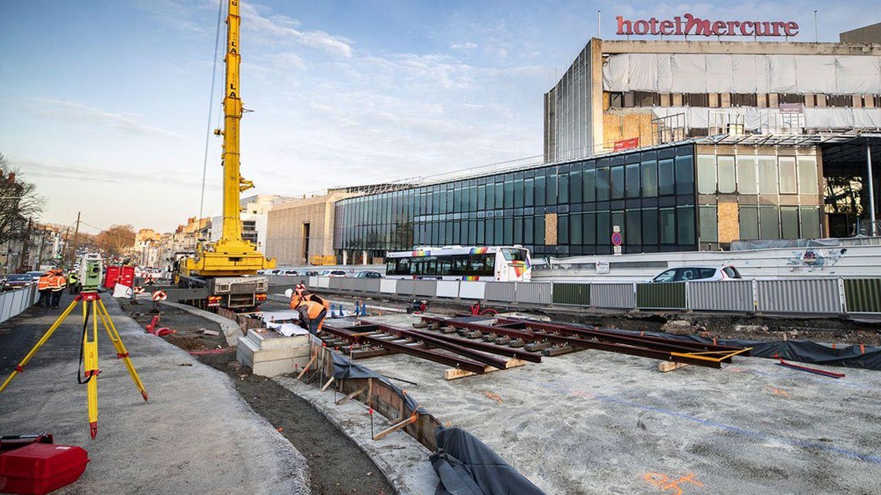 Pose des rails de la deuxième ligne du tramway, devant le centre de congrès, boulevard Carnot.