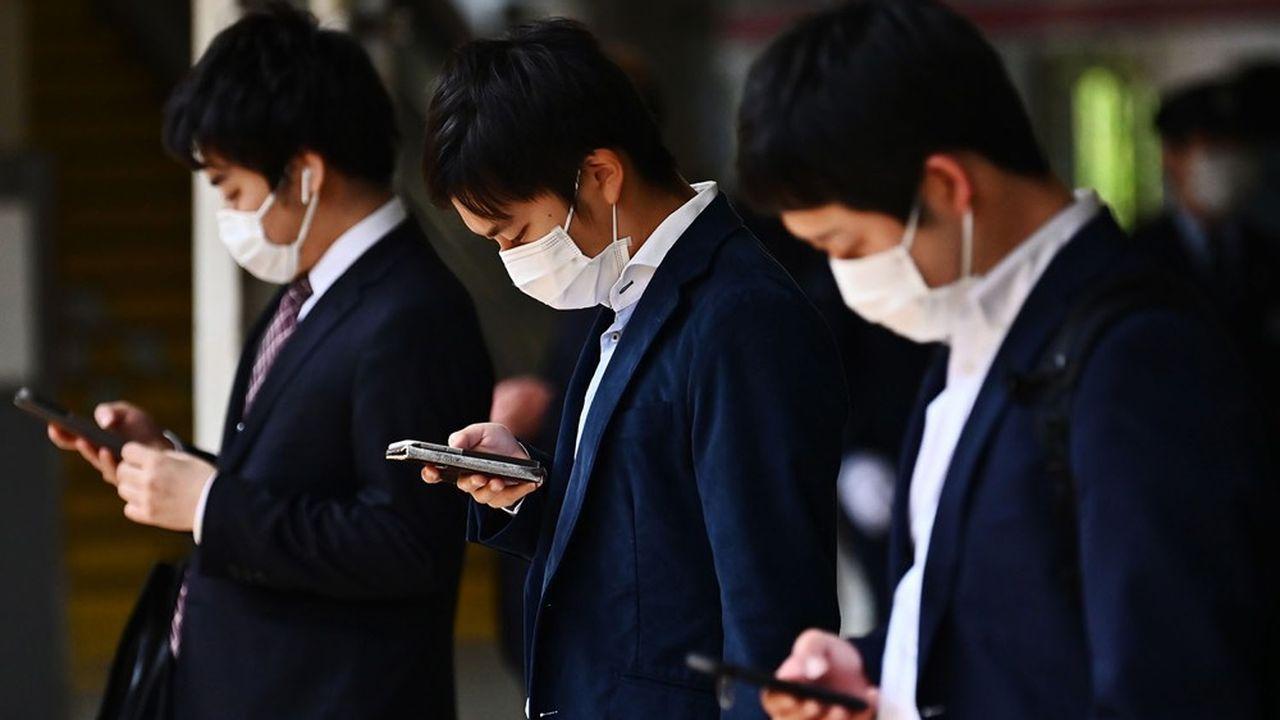 S'il est peu habitué à s'immiscer dans les pratiques de ses grands groupes, l'exécutif nippon estime que les tarifs des opérateurs handicapent désormais sa politique macroéconomique.