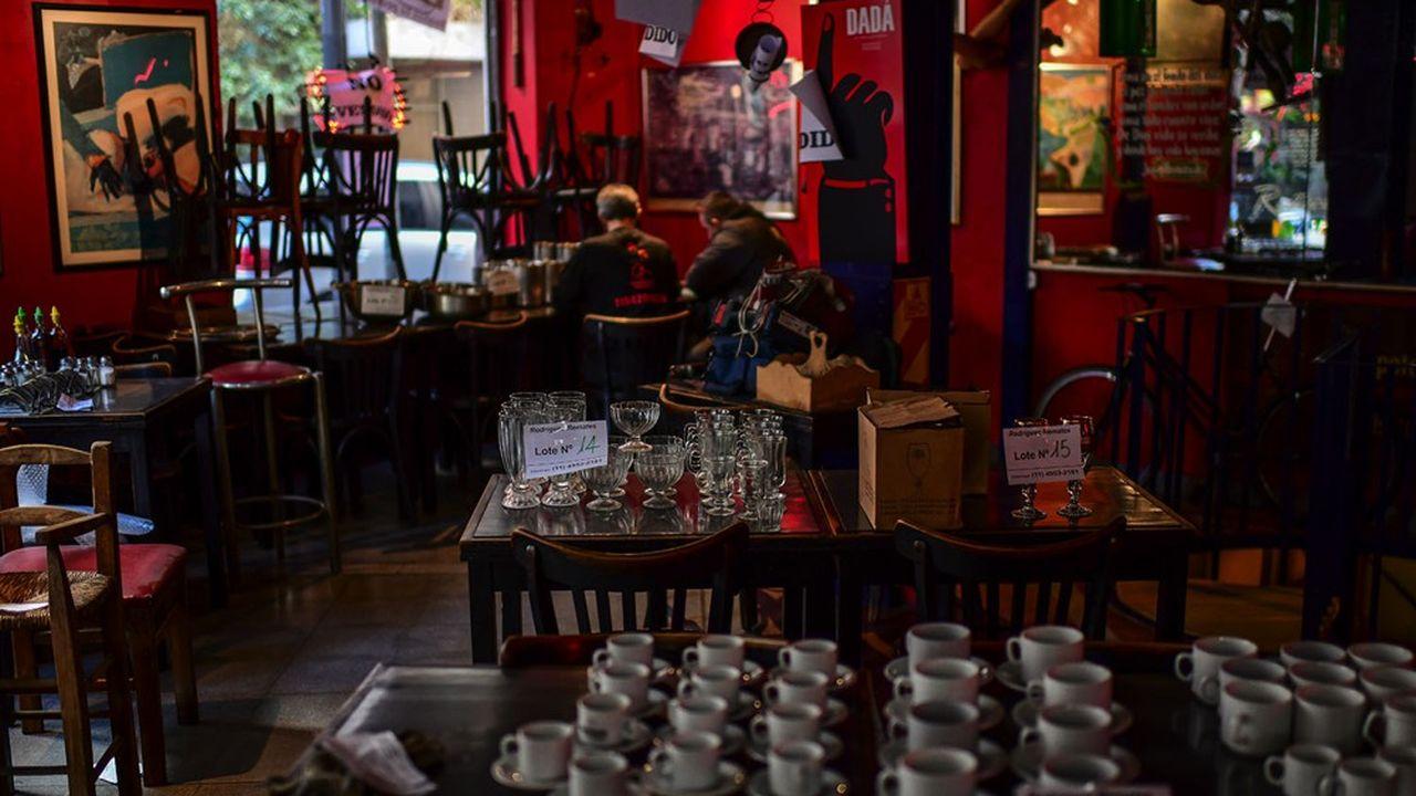 Vente aux enchères de vaisselle dans un restaurant de Buenos Aires: avec la pandémie et un confinement à rallonge, nombreux sont ceux qui ont rejoint la cohorte de commerces jetés dans la faillite par deux années de récession.