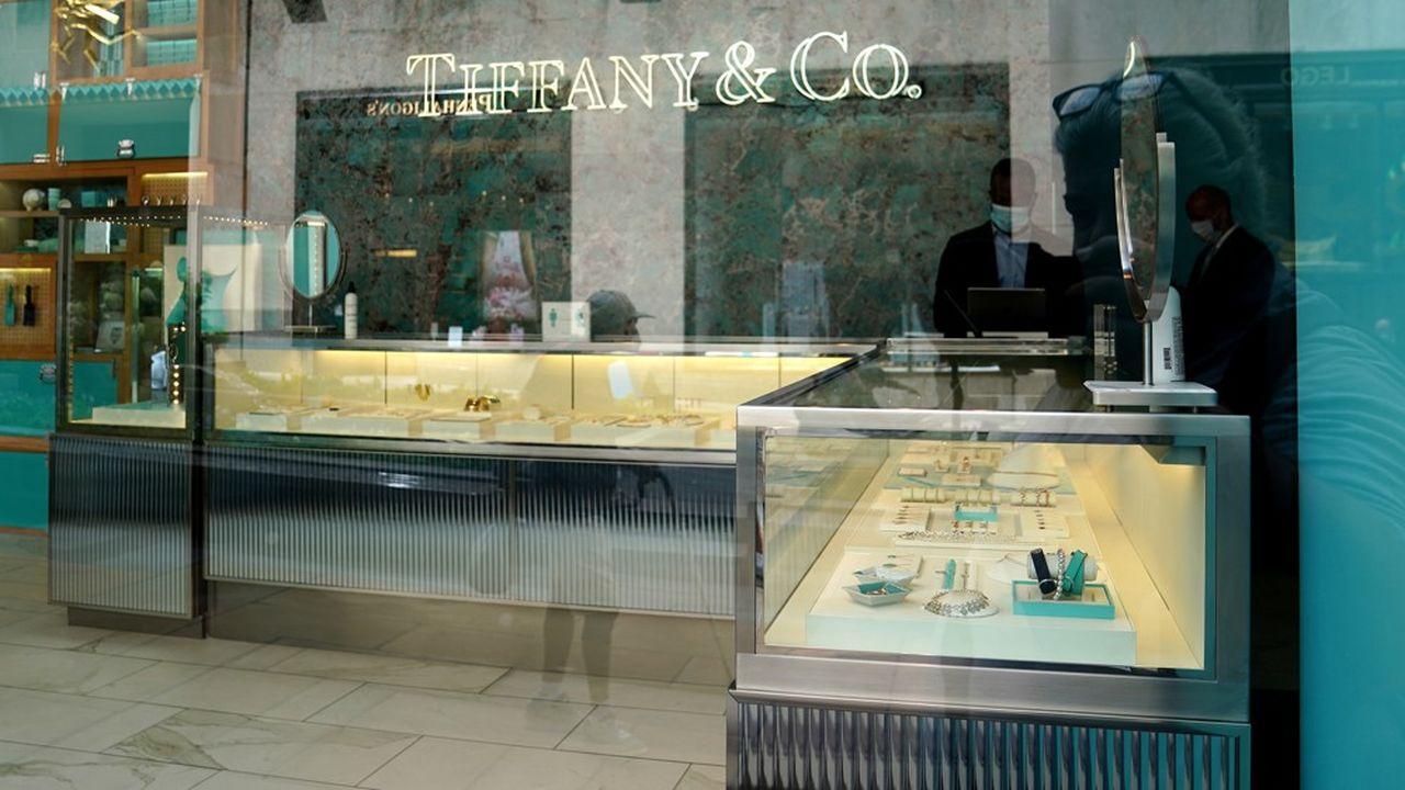 LVMH reproche à Tiffany d'avoir distribué 140millions de dollars de dividende, alors que ses comptes avaient plongé dans le rouge.