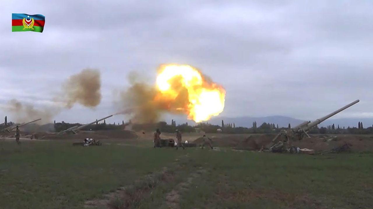 L'artillerie azérie est en action contre les forces arméniennes.