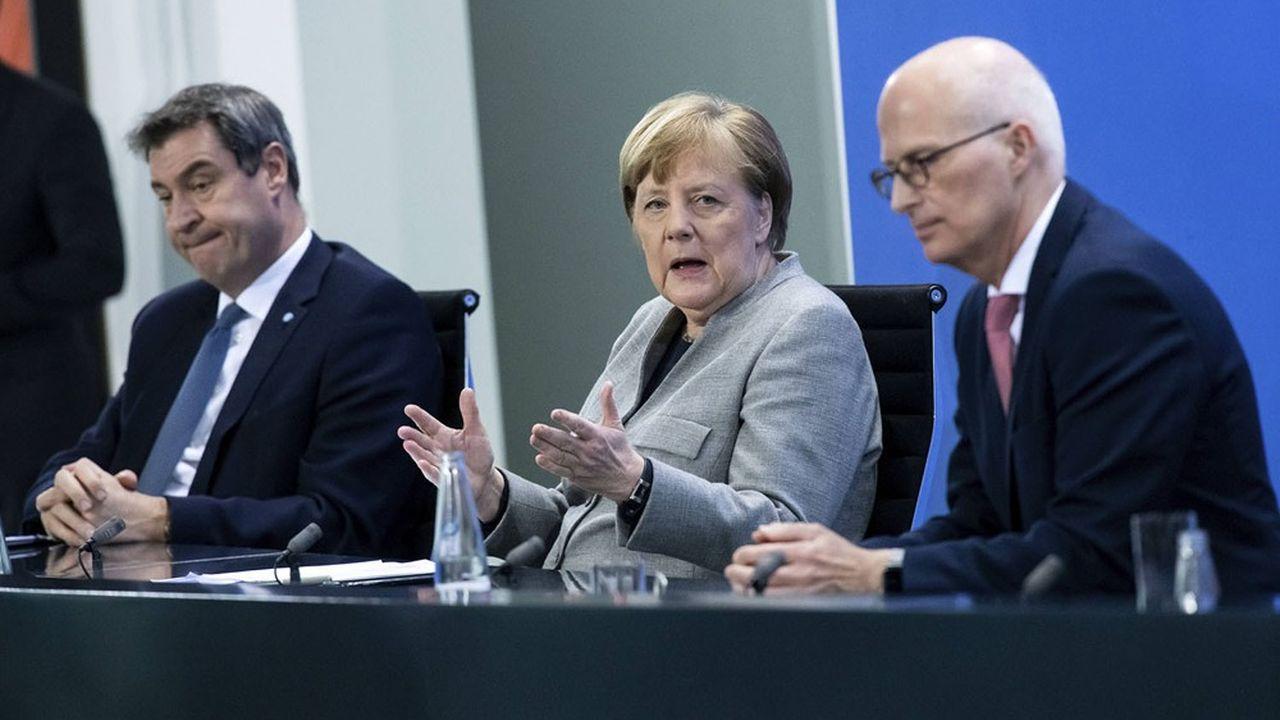 Markus Söder, premier ministre de Bavière (à g.) et Peter Tschentscher, ministre président du Land de Hambourg avec Angela Merkel la stratégie adoptée pour lutter contre la propagation du coronavirus.