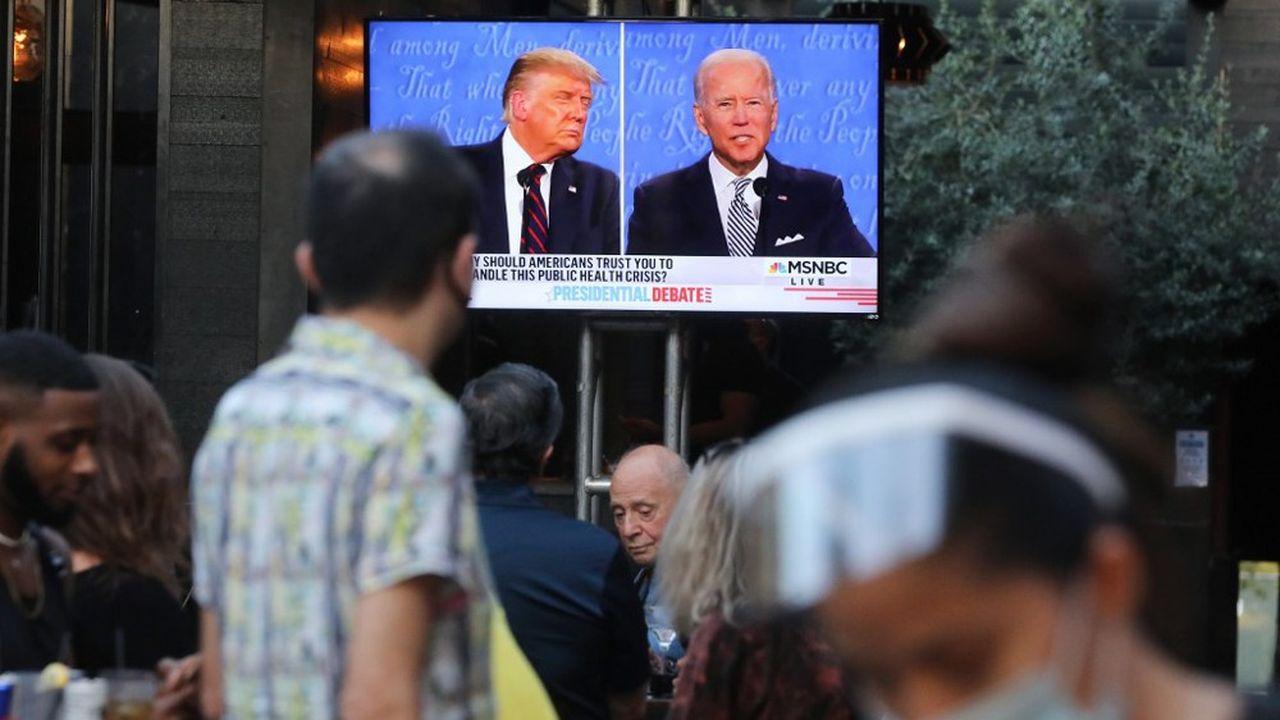 Le premier débat télévisé entre Trump et Biden, vu d'un bar, à West Hollywood, en Californie.