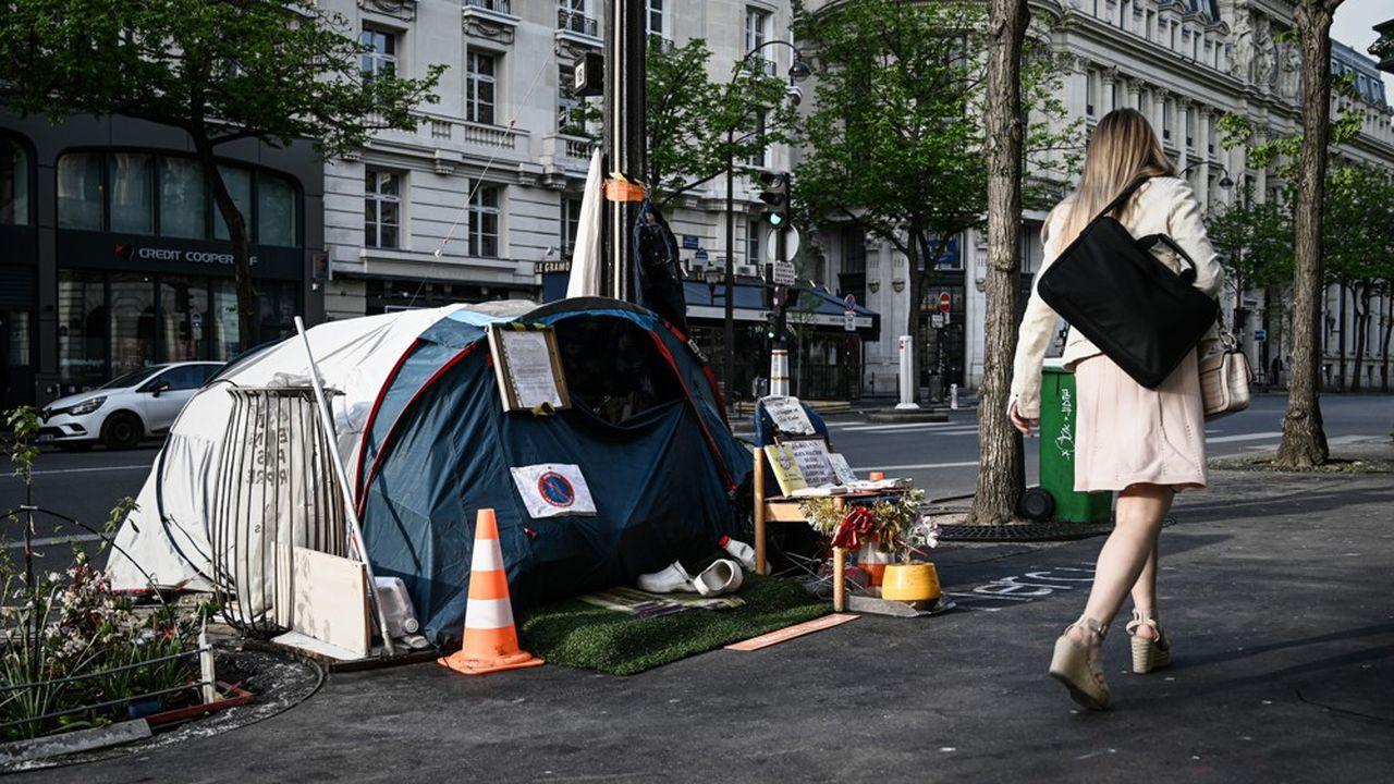 Une tente appartement à un sans domicile fixe sur un trottoir parisien.