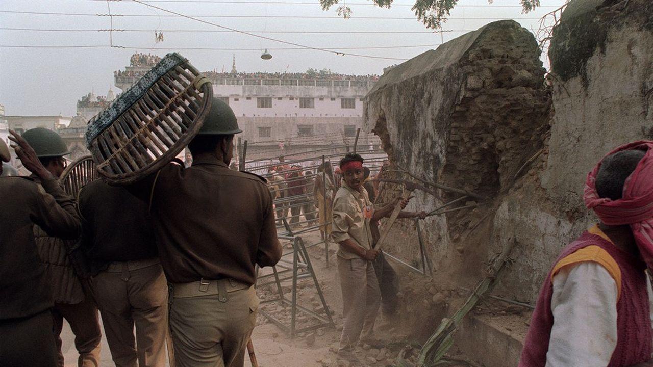 Démolition de la mosquée de Babri en Inde par des fondamentalistes hindous.