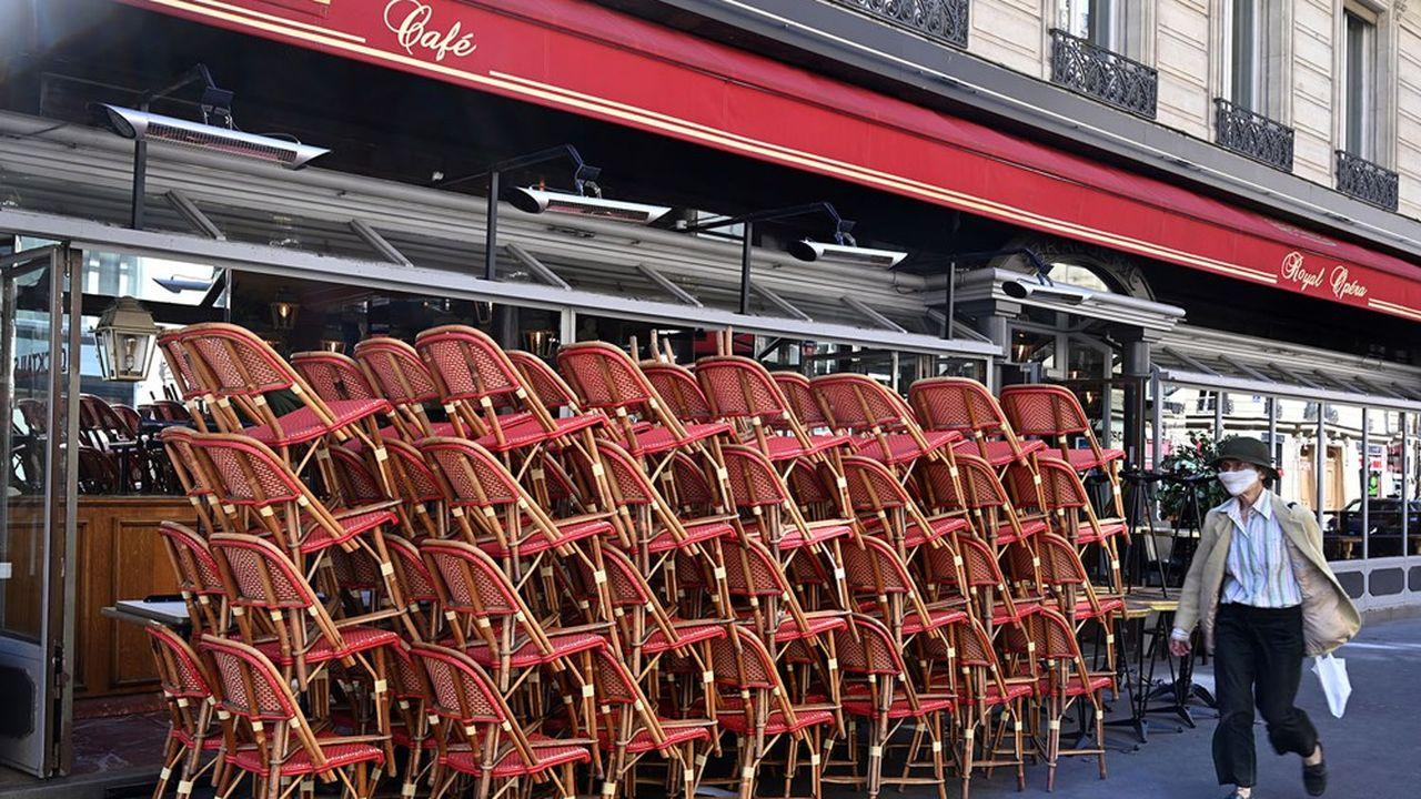 En cas de passage de Paris en zone d'alerte maximale lundi, les bars devraient y fermer leurs portes, alors que le sort des restaurants est suspendu à l'acceptation d'un protocole sanitaire renforcé.