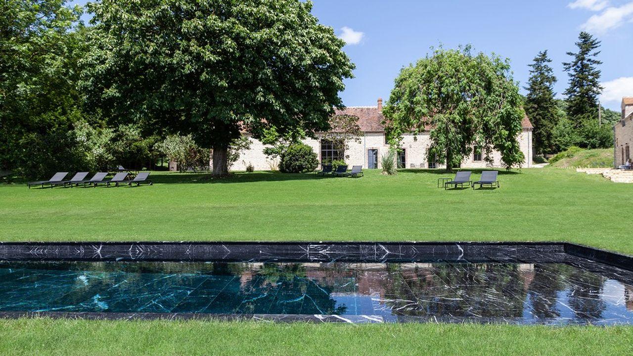 Deux piscines chauffées, extérieure et intérieure, en marbre noir, appellent à la détente.