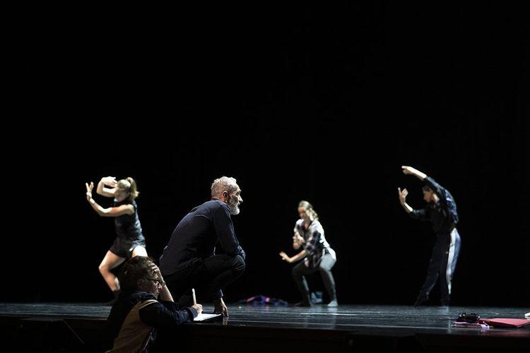 Angelin Preljocaj faisant répéter sa troupe du Ballet Preljocaj au Grand Théâre de Provence, le 24septembre.