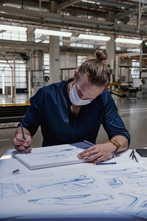 Qui dit luxe, dit aussi artisanat… Ici, un croquis en direct par un designer de Maserati.