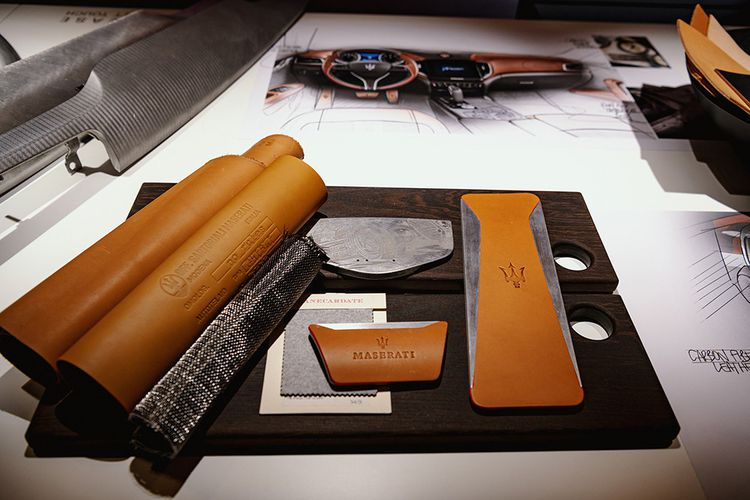 Aluminium, chromes, une vaste gamme de coloris de cuir, le tout rigoureusement 100% Made in Italy.