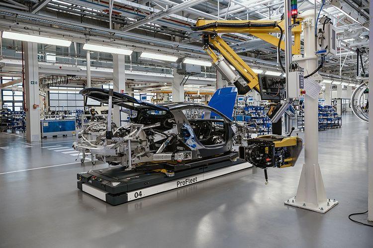 Dans l'usine de Viale Ciro Menotti, des ateliers ultramodernes pour la MC20.