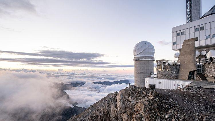 Le soir au Pic du Midi. Vue sur la coupole du téléscope Bernard Lyot à l'ouest de la station