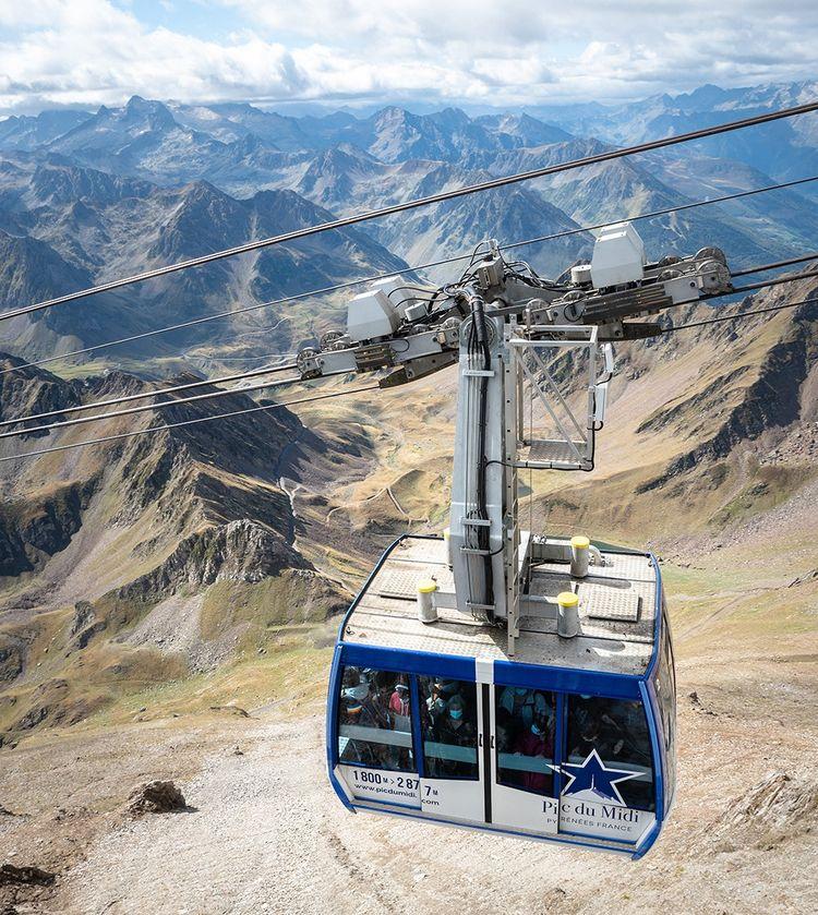 En une quinzaine de minutes au-dessus d'un panorama vertigineux, la télécabine emmène les visiteurs jusqu'au sommet du pic, 1100 mètres plus haut.