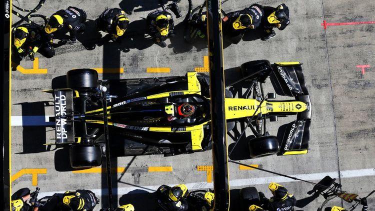 Arrêt au stand pour Esteban Ocon au volant de la RS20 de Renault F1 Team, Grand Prix d'Autriche.