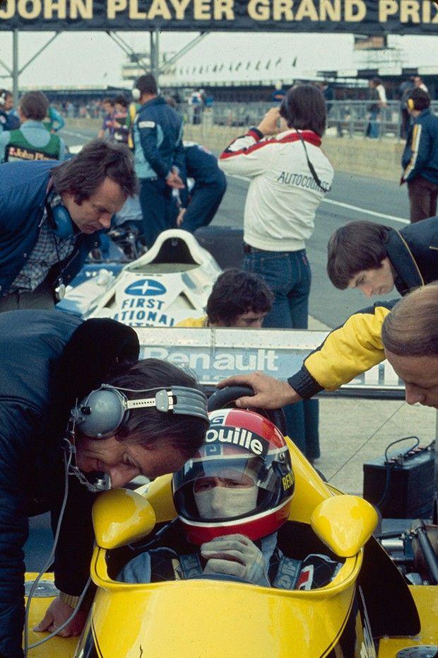 Sur le circuit de Silverstone, en juillet 1977 : Jean-Pierre Jabouille pilote une Renault RS01, première voiture à moteur turbo à participer à un Grand Prix.